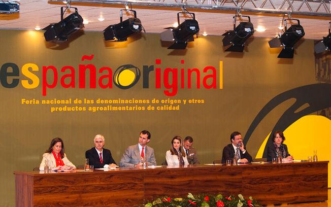 Los Príncipes de Asturias, junto al presidente de Castilla-La Mancha y otras autoridades, durante la inauguración de España Original 2010.