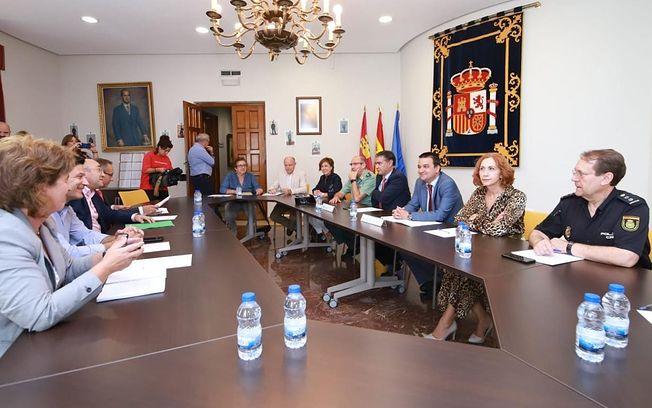 El consejero de Agricultura, Medio Ambiente y Desarrollo Rural, Francisco Martínez Arroyo, mantiene una reunión con el delegado del Gobierno en Castilla-La Mancha, Manuel González