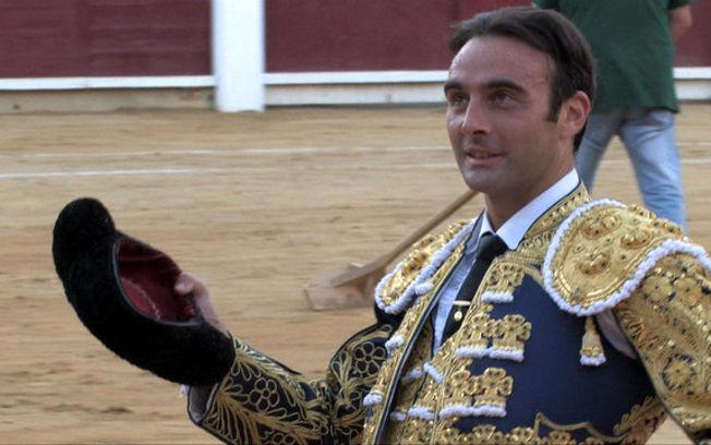 El diestro valenciano Enrique Ponce corta oreja en su primera tarde en la Feria de Albacete.
