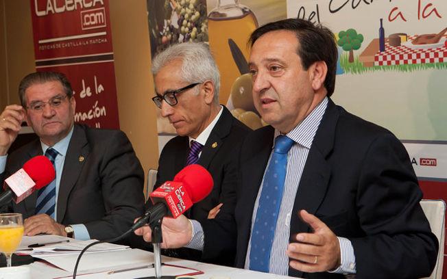 Pedro Barato, Presidente Nacional de ASAJA, junto a Manuel Lozano, Director del Grupo Multimedia de Comunicación La Cerca, y Andrés Gómez Mora, Presidente de Caja Rural Castilla-La Mancha.