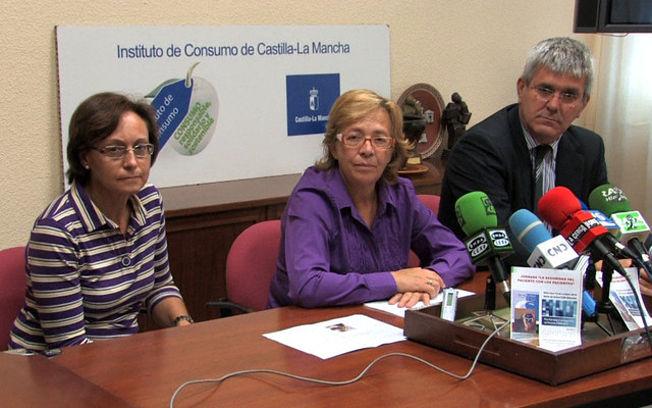 De izquierda a derecha: Rosario Cerdán, responsable de la Oficina de Calidad y Atención al Usuario de la Gerencia de Atención Primaria; Angelina Martínez, delegada provincial de Salud y Bienestar Social; y Rafael Muñóz, director gerente de la Gerencia de Atención Primaria de Albacete.